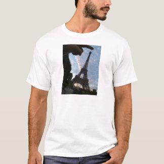 私はエッフェル塔に触れています Tシャツ