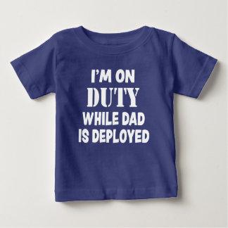 私はパパが配置された軍の息子の間、勤務中です ベビーTシャツ