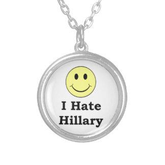 私はヒラリーの幸せなスマイリーフェイスを憎みます シルバープレートネックレス