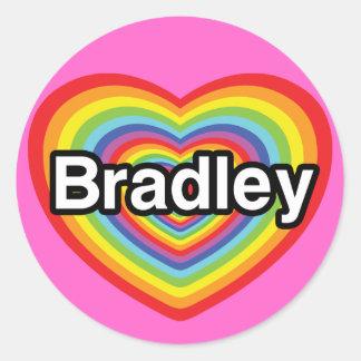 私はブラッドリーを愛します: 虹のハート ラウンドシール