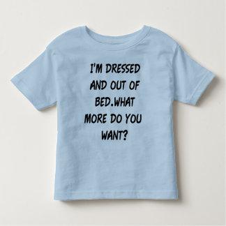 私はベッドから服を着、 トドラーTシャツ