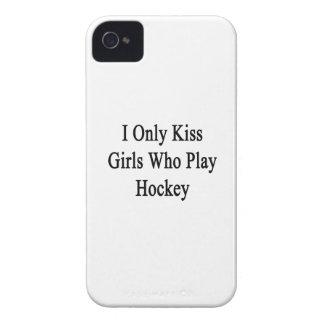 私はホッケーを遊ぶ女の子だけに接吻します Case-Mate iPhone 4 ケース
