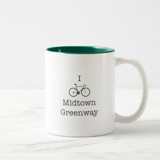 私はミッドタウンの歩行者・自転車専用道路を自転車に乗ります ツートーンマグカップ