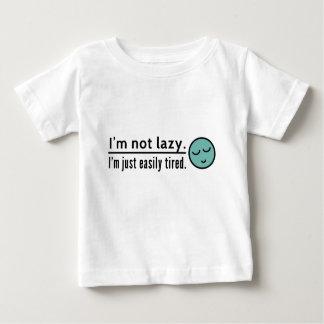 私は不精ではないです。 私はちょうど容易に疲れています。 青い顔文字 ベビーTシャツ