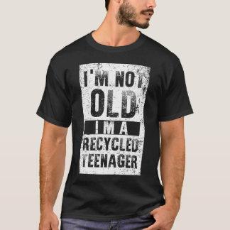 私は古くないです私ですリサイクルされた10代の若者 Tシャツ