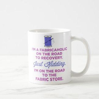 私は回復マグへ道のFabricaholicです コーヒーマグカップ