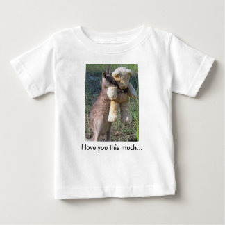 私は大いに愛しますこの… テディベアを抱き締めているワラビー ベビーTシャツ