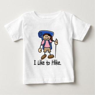 私は女の子-青いバックパック--をハイキングするのを好みます ベビーTシャツ