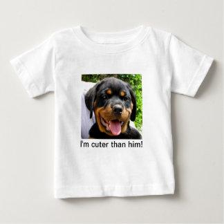 私は彼よりかわいいです! 幼児のTシャツ ベビーTシャツ