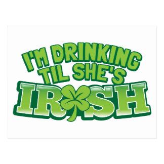 私は彼女がアイルランド人のSt patricks dayのdesigであるまで飲んでいます ポストカード