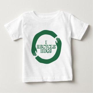 私は抱擁をリサイクルします ベビーTシャツ