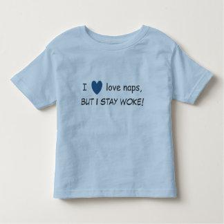 私は昼寝を愛しますが、目覚めましたとどまります!  幼児のTシャツ トドラーTシャツ