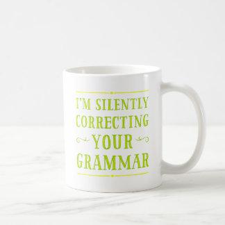 私は無言であなたの文法マグを訂正しています コーヒーマグカップ