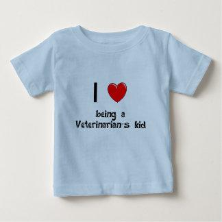私は獣医の子供のTシャツであることを愛します ベビーTシャツ