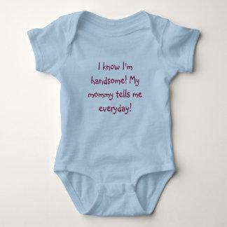 私は私がハンサムであることを知っています! 私のお母さんは毎日私に言います! ベビーボディスーツ