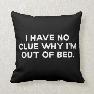 私は私がベッドからなぜあるか、見当もつきません クッション