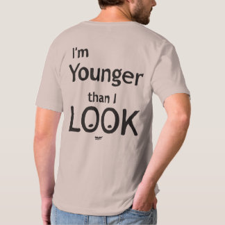 私は私が見るより若いです Tシャツ