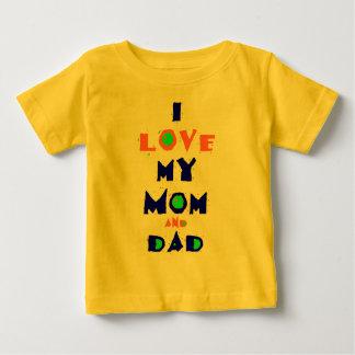 私は私のお母さん及びパパのワイシャツを愛します ベビーTシャツ