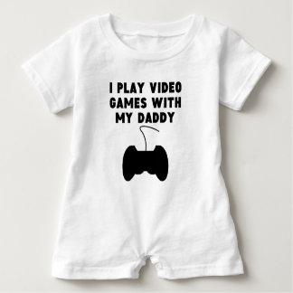私は私のお父さんが付いているビデオゲームを遊びます ベビーロンパース