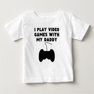 私は私のお父さんが付いているビデオゲームを遊びます ベビーTシャツ