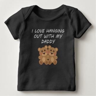 私は私のお父さんとぶら下がった愛します ベビーTシャツ