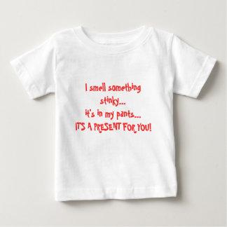 私は私のズボン… Iに臭い何かを…それいます…かぎます ベビーTシャツ