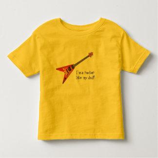 私は私のパパのようなロッカーです! トドラーTシャツ