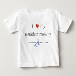 私は私のマラソンのお母さんのユニセックスなTシャツを愛します ベビーTシャツ