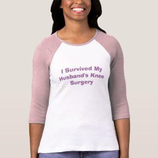 """""""私は私の夫の膝の外科"""" Tシャツ生き延びました Tシャツ"""