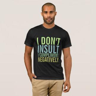 私は私を否定的にほめます侮辱しません Tシャツ