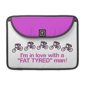 私は脂肪によってタイヤをつけられる人との愛にあります MacBook PROスリーブ