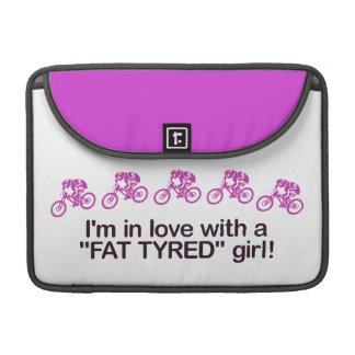 私は脂肪によってタイヤをつけられる女の子との愛にあります MacBook PROスリーブ