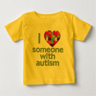 私は自閉症との誰かを愛します ベビーTシャツ