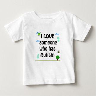 私は自閉症を経験する誰かを愛します ベビーTシャツ