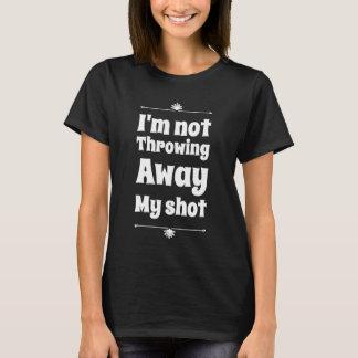 私は遠くにな投げること私の打撃ではないです Tシャツ