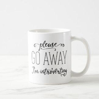 私は遠くにに内に向けています行きます コーヒーマグカップ