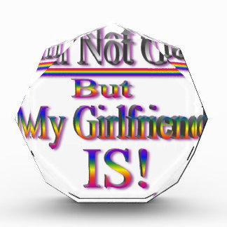 私は陽気ではないですが、私のガールフレンドはそうです 表彰盾