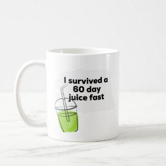 私は60日間ジュースのおもしろいで健康なビーガンを速く生き延びました コーヒーマグカップ