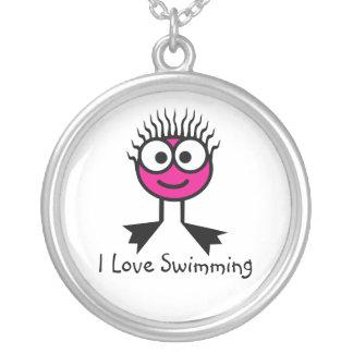 私は-ショッキングピンクの水泳のキャラクターのネックレス泳ぐことを愛します シルバープレートネックレス