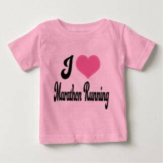 私は(ハートの)マラソンのランニングを愛します ベビーTシャツ
