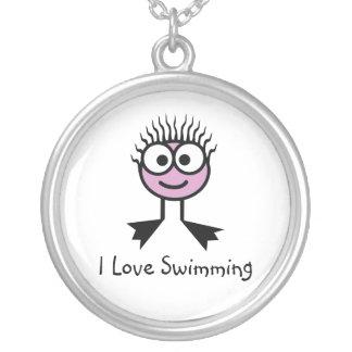 私は-淡いピンクの水泳のキャラクター泳ぐことを愛します シルバープレートネックレス