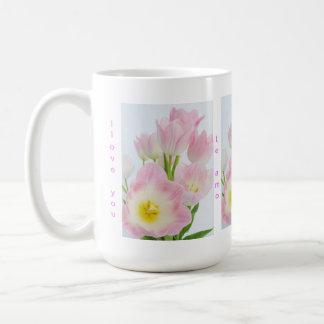 """""""私は"""" 4つの言語のチューリップのマグ、愛しますか、または好みます コーヒーマグカップ"""