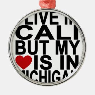 私はCALIに住んでいますが、私のハートはミシガン州黒いTにあります メタルオーナメント