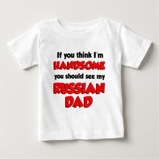 私をありますハンサムでロシアのなパパが考えて下さい ベビーTシャツ