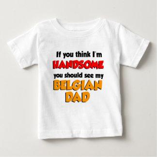 私をありますハンサムなベルギーのパパが考えて下さい ベビーTシャツ