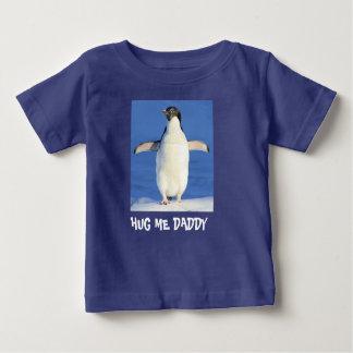 私をお父さんのペンギンの赤ん坊の罰金のジャージーのTシャツ抱き締めて下さい ベビーTシャツ