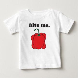 私をかんで下さい。 (赤いピーマン) ベビーTシャツ