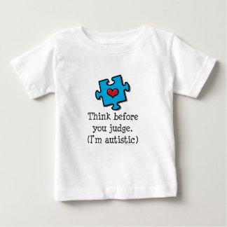 私をである自閉症の子供のTシャツ判断する前に考えて下さい ベビーTシャツ