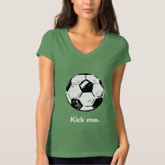 私をサッカーボールの女性のV首のTシャツ蹴って下さい Tシャツ