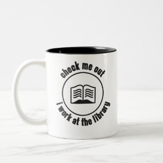 私を点検して下さい私が図書館で働かせる ツートーンマグカップ